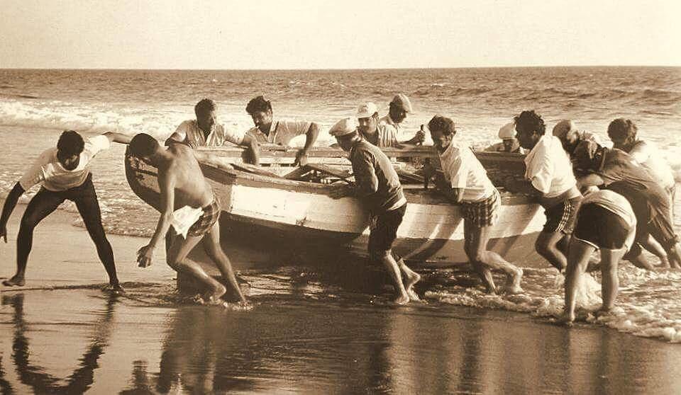 La jornada de pesca de parpujas en La Barrosa concluye con las barcas fuera del mar.